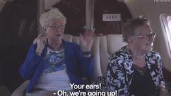 La reacción de dos septuagenarias al subir en avión... y montaña rusa (VÍDEO,