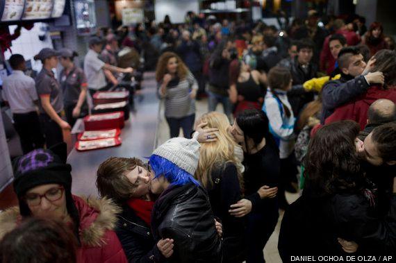 Besada gay en un Burger King de Madrid que expulsó a dos homosexuales