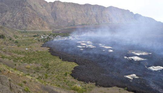 El volcán Fogo engulle un pueblo en Cabo Verde