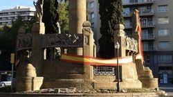El misterio de las banderas de España que cubren