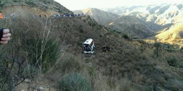 Tres heridos graves al despeñarse un autobús escolar en