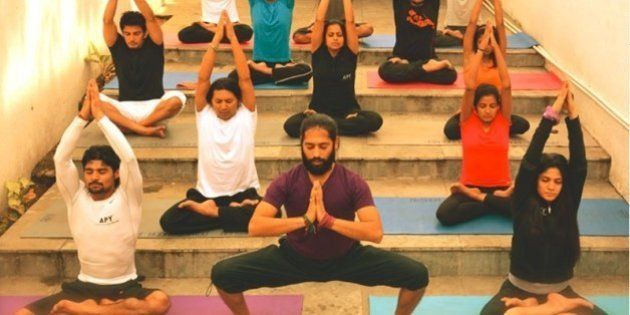 11 posturas de yoga que puedes hacer en el trabajo sin que parezcas un