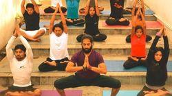 11 posturas de yoga para hacer (discretamente) en el