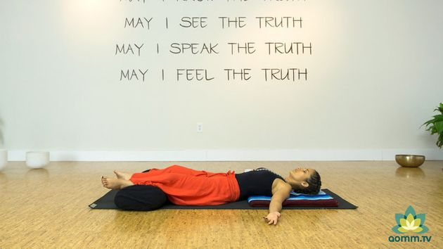 Posturas de yoga para sofocar los calores