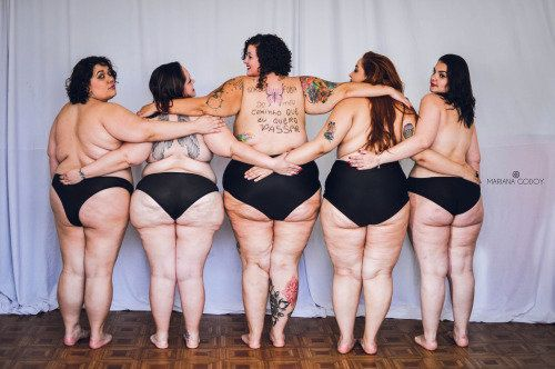 380977f6c6 Cinco mujeres 'gordas' posan en ropa interior para eliminar el estigma de la