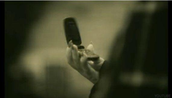 ¿Por qué Adele lleva un viejo móvil con tapa en su video 'Hello'? El director Xavier Dolan