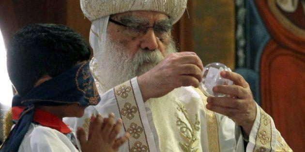 El obispo Tauadros es elegido nuevo papa de la Iglesia copta por un niño con los ojos