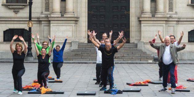 El presidente de Perú pone a sus ministros a hacer gimnasia en su primera reunión de