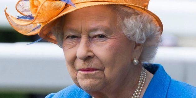 Isabel II pide