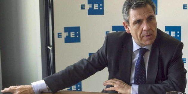 El responsable de la Oficina Antifrau apunta a un micrófono en el despacho de Fernández