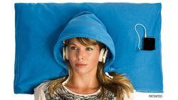 La almohada con capucha: el invento para dormir en los viajes