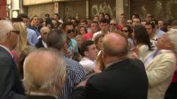 A esto llegan en Sevilla por un buen sitio en una procesión