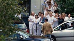 Abucheos y lanzamiento de guantes a la llegada de Rajoy al Carlos III