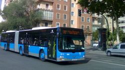 Un conductor de bus, pateado en Madrid por defender a una chica