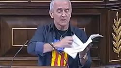 Un diputado de Amaiur arranca varias páginas de la Constitución en el