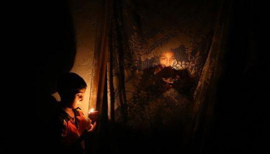 Gaza vive a la luz de un candil