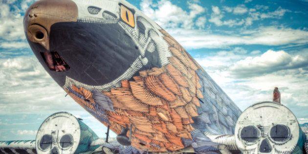 Un grupo de artistas convierten aviones viejos en obras de arte