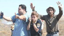 Una foto de palestinos protegiendo a una policía israelí se hace en