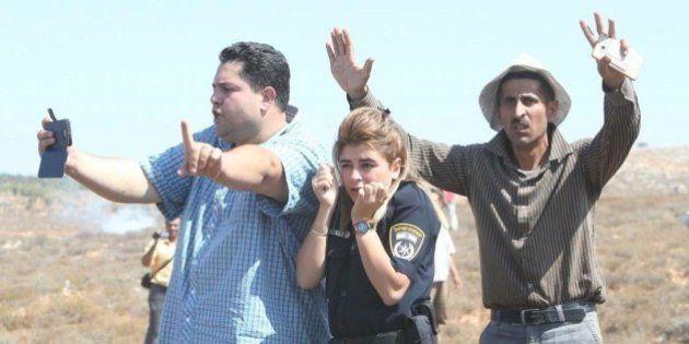 Una foto de palestinos protegiendo a una policía israelí se convierte en