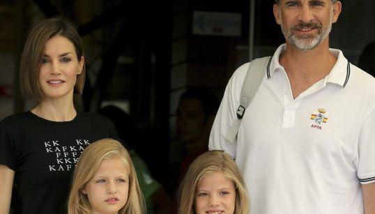 La visita marinera de Letizia y sus hijas al Rey