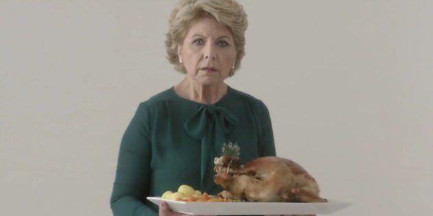 Sentador de madres: la ingeniosa crítica a la desigualdad de género durante la cena de