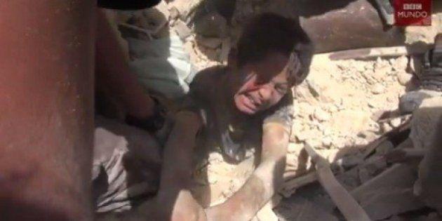 El dramático momento en que rescatan a un niño enterrado en los escombros tras un ataque aéreo en Alepo