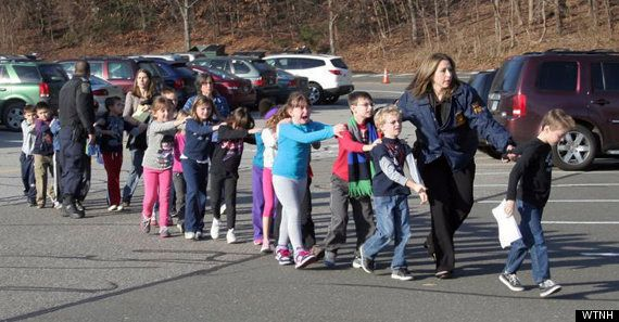 Tiroteo en Connecticut: Al menos 27 muertos, 20 de ellos niños, en una escuela infantil (DIRECTO,