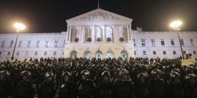 Miles de policías portugueses salen a la calle para protestar contra los recortes del