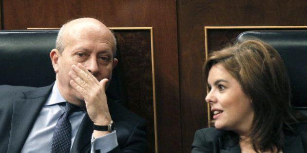 Sáenz de Santamaría vota por error a favor de la reprobación de Wert en el