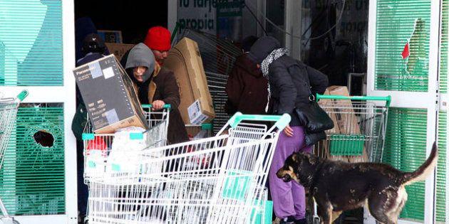 Mueren dos personas en una oleada de saqueos de supermercados en