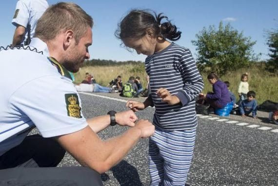 Las fotos de un policía danés jugando con una niña