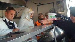 Una pareja turca celebra su boda dando de comer a 4.000 refugiados