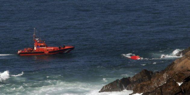 Dos muertos y seis desaparecidos tras hundirse un pesquero en