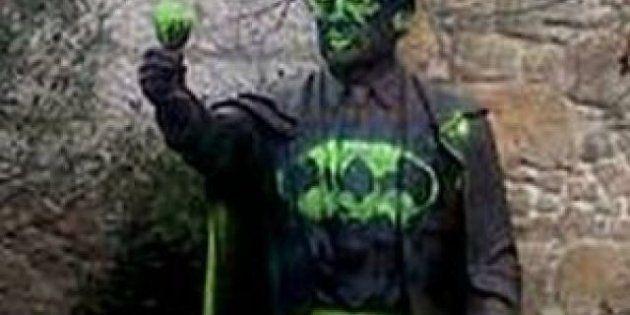 Pintan con el símbolo de Batman una estatua de Manuel Fraga en la localidad de