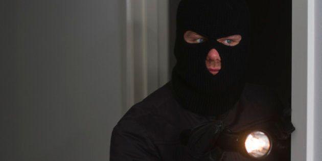 Un ladrón entra a robar a una casa y se deja a su hija pequeña