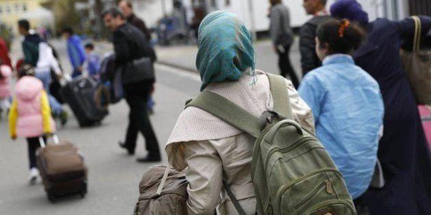 Firma por error una solicitud de asilo y pasa 12 días en un centro de