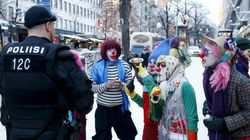 Un grupo de payasos boicotea las brigadas antirrefugiados en