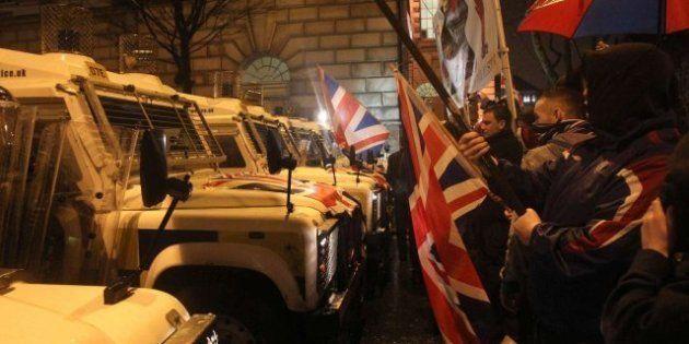 La retirada de una bandera británica causa cinco noches de enfrentamientos en