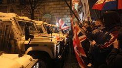 Cinco noches de enfrentamientos por la retirada de una bandera en