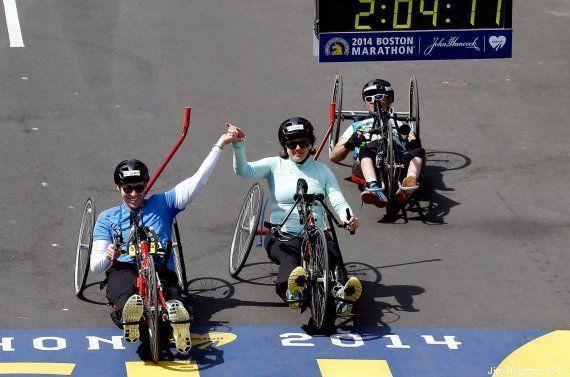 FOTO: esta pareja cruza junta la meta del Maratón de Boston. Hace un año cada uno perdió una
