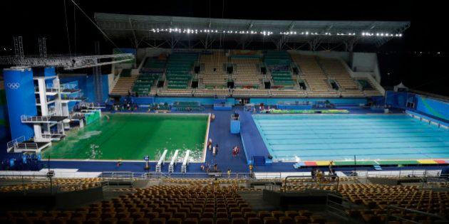 El agua de las piscinas de salto de los Juegos se vuelve
