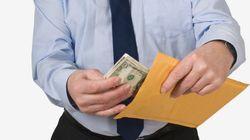 12 fotos de señores felices porque están recibiendo sobres con dinero