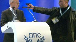 Apunta a un político con una pistola y acaba apaleado