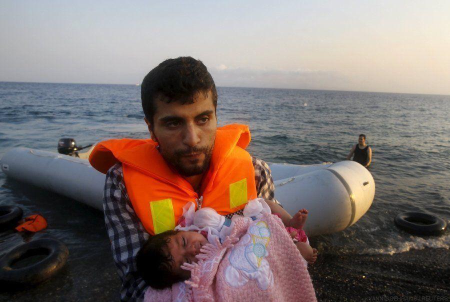 Una niña siria de dos meses llega en una lancha de goma a