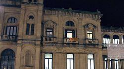 El Ayuntamiento de San Sebastián coloca la senyera en su