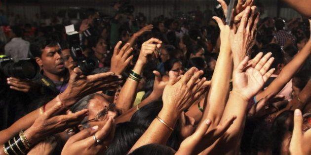 Un partido radical reparte cuchillos entre las mujeres indias para que se