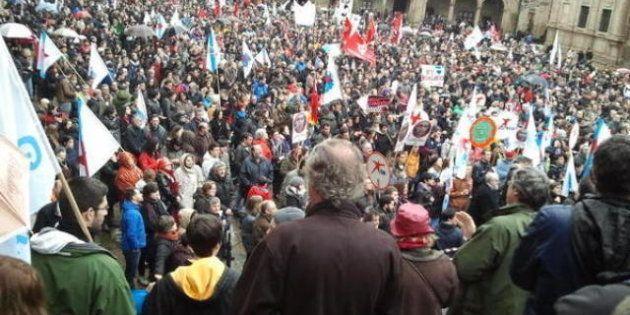 Miles de personas se manifiestan en Santiago en defensa del gallego y contra la política lingüística...