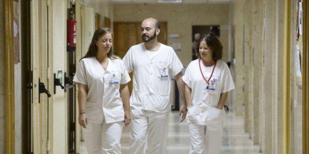 Ébola en Madrid: la auxiliar de enfermería Teresa Romero camina