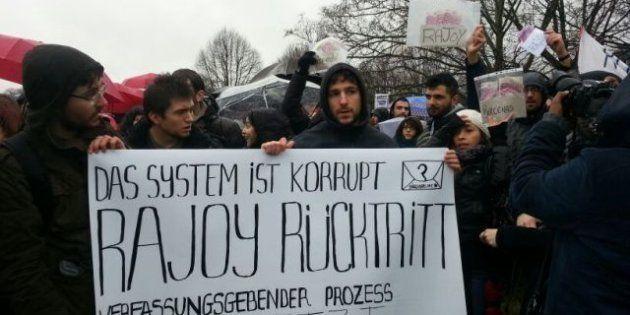 Cerca de 200 españoles protestan en Berlín en la llegada de Rajoy a su encuentro con