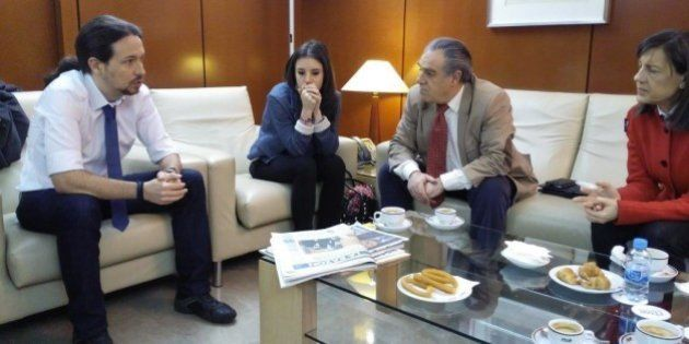 Pablo Iglesias posa con el regalo de Ana Rosa Quintana y pide